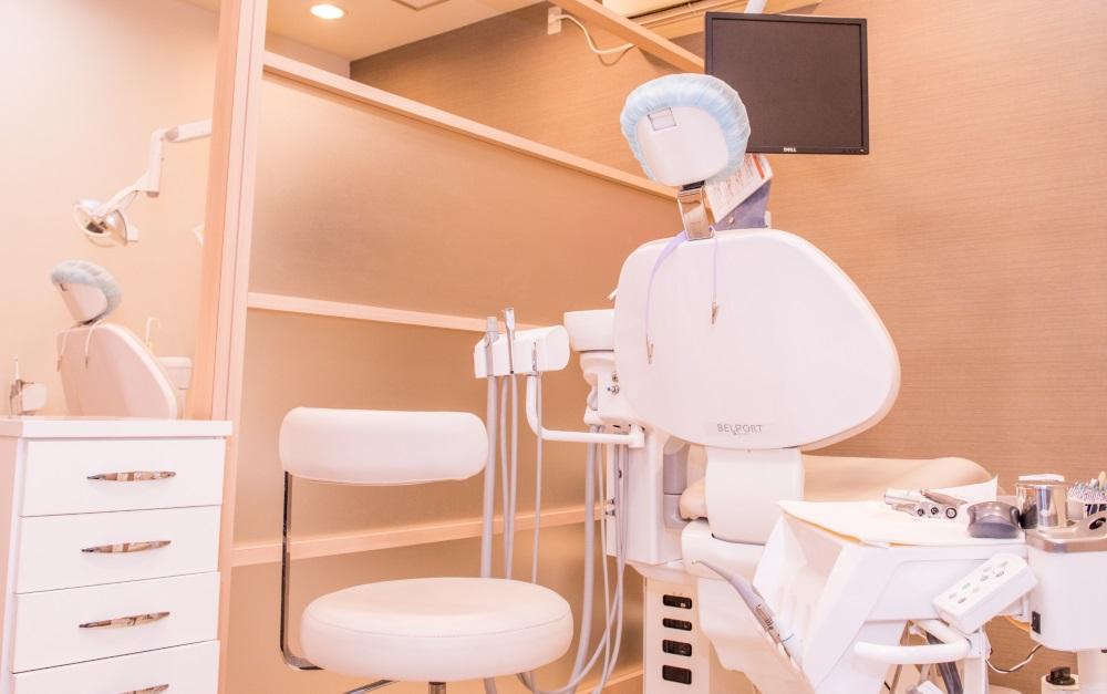 リラックスして治療を受けられる半個室の診療室